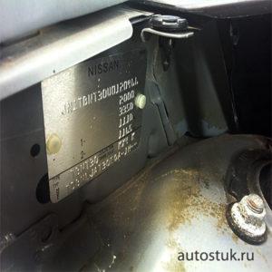 где находится номер двигателя ниссан